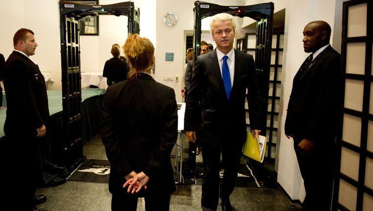 PVV-Leider Geert Wilders komt aan in Nieuwspoort voor de presentatie van zijn nieuwe verkiezingsprogramma. Beeld anp