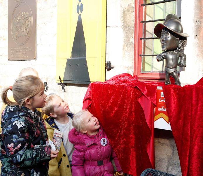 De Pagader aan het stadhuis beantwoordt vragen van kinderen.