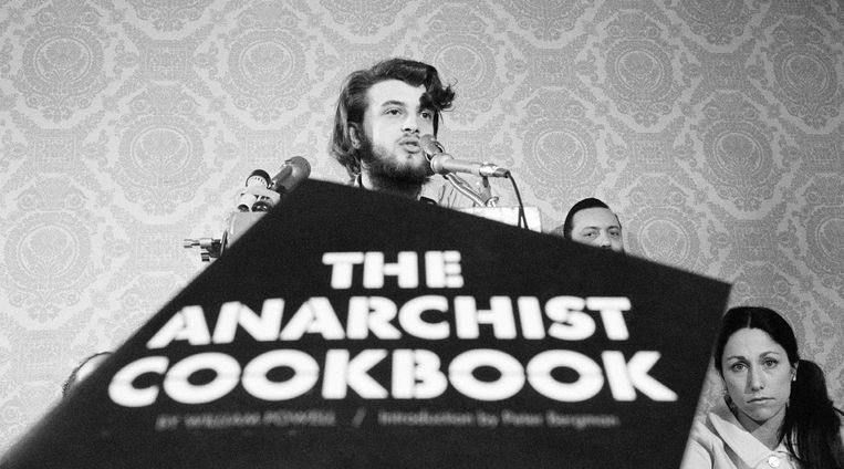 William Powell in 1971 tijdens een persconferentie over zijn spraakmakende 'Kookboek voor anarchisten'. Beeld rv