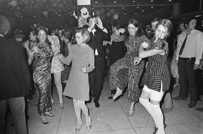 Dansfeest in de jaren zestig: vrouwen op de vloer en de mannen kijken toe.