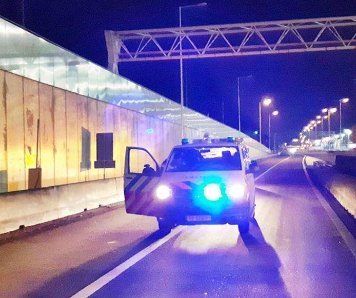 De A15 bij Rozenburg gaat vanavond dicht vanwege voorbereidingen voor de verwachte sneeuwval.