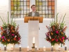 Iris (12) troost in Enschede  een volle kerk met een gedicht op avond om overledenen te herdenken