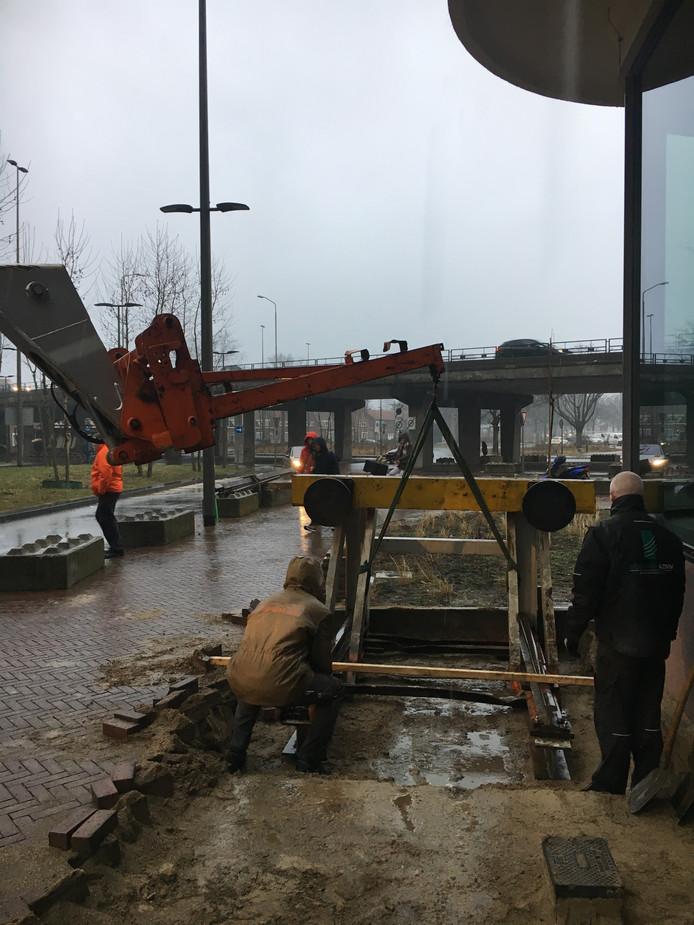 Bij het Veemgebouw (rechts) is vrijdag het stootblok met 4 meter spoor geplaatst dat moet herinneren aan de Philips spoorlijnen in het gebied.