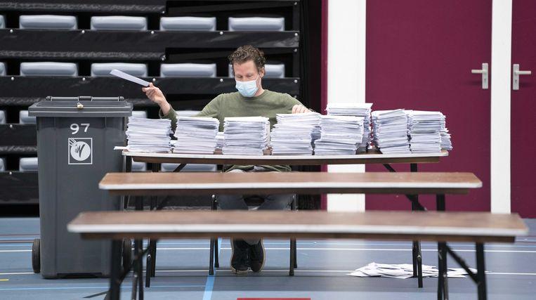 Stemmentellers sorteren de briefstemmen uit de gemeente Nijmegen.  Beeld ANP