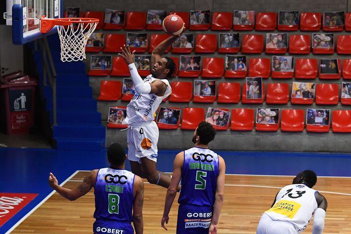 Een beeld uit de thuiswedstrijd tegen Bergen: Cameron McGriff dunkt de bal in het netje.