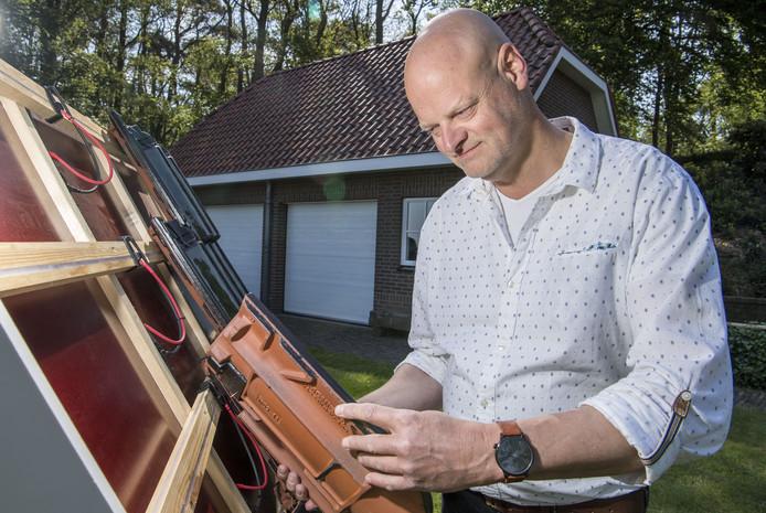 Geert Grimme uit Beerze heeft een dakpan ontwikkeld die geen stekkertjes of kabels heeft en toch zonne-energie opwekt. orig jaar verwierf hij, na het Nederlandse, ook het Europese patent.
