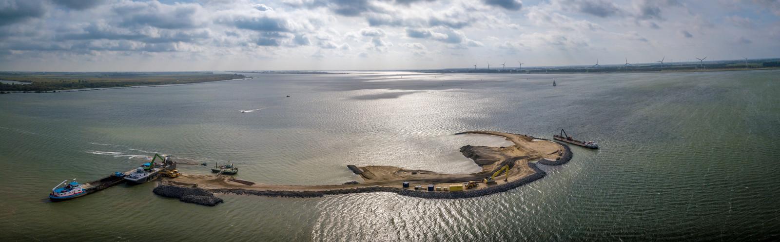 Het natuureiland moet vogels en vissen aantrekken die door het openstellen van de Haringvlietsluizen tussen Stellendam en Hellevoetsluis in het Haringvliet vrij spel hebben.
