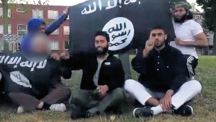 Beeld uit het filmpje op Youtube waarin jonge Nederlandse moslims hun steun betuigen aan het kalifaat in Syrië en Irak.