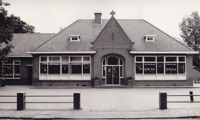 Een historische foto van de Willibrordusschool in Ruurlo..
