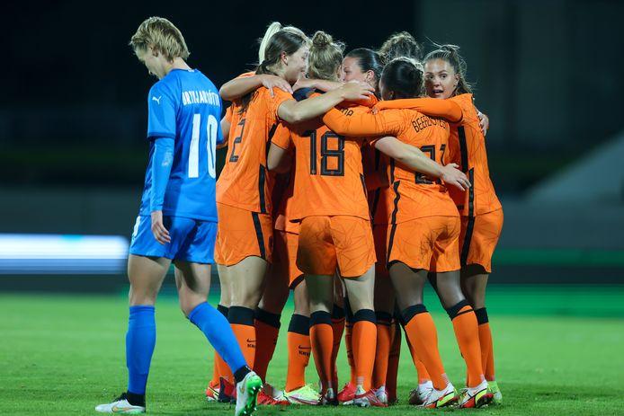 De Oranje-vrouwen vieren de goal van Jackie Groenen tegen IJsland.