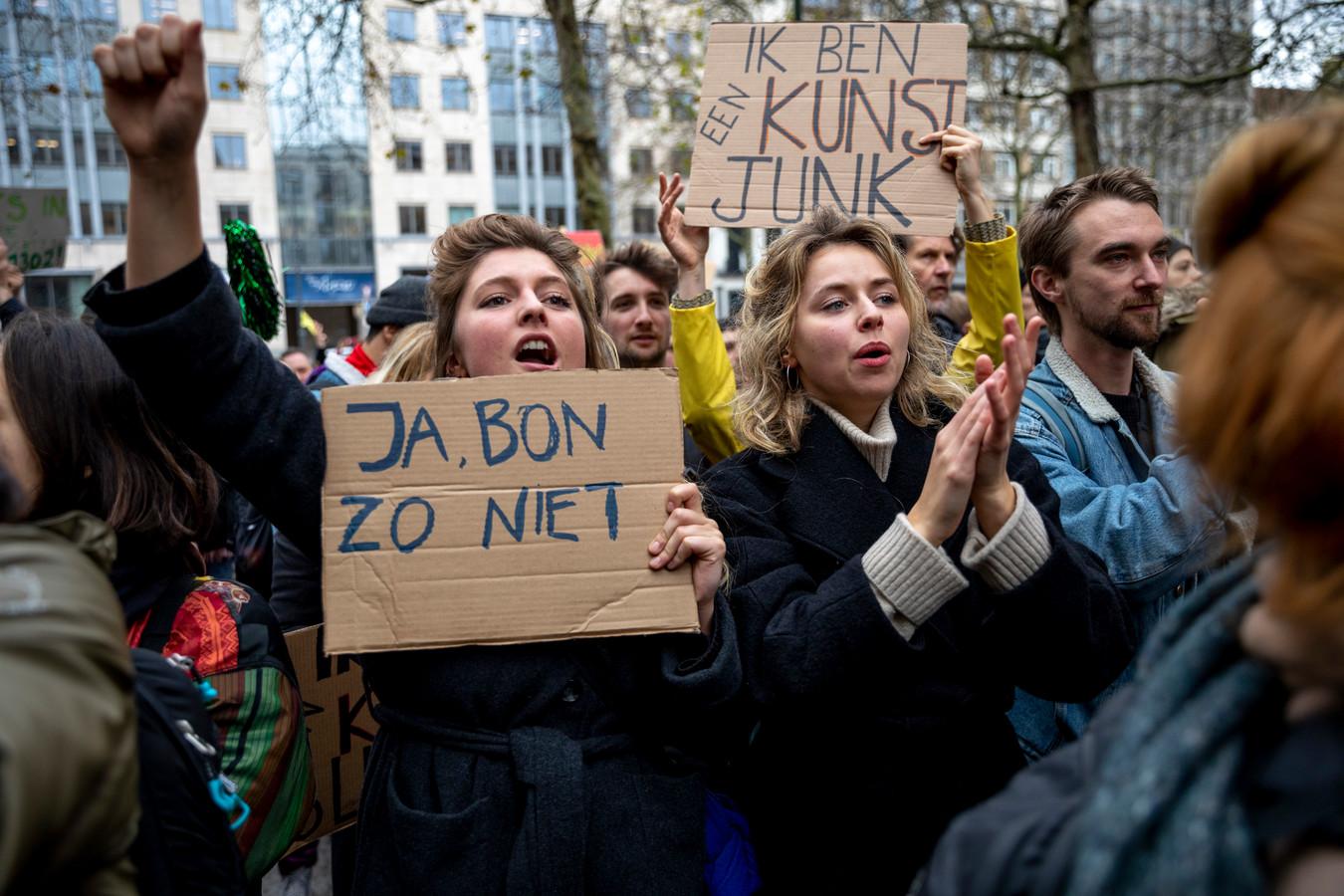 Boze kunstenaars betuigen aan het Vlaams Parlement.
