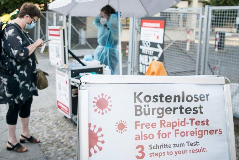 In de Berlijnse wijk Kreuzberg registreren mensen zich voor een gratis coronatest.  (30/07/2021) Beeld AFP