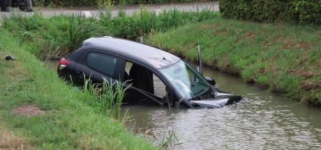 Auto belandt in sloot na botsing in Dreumel
