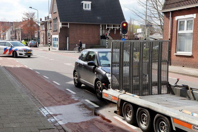 De Suzuki moest worden afgesleept na de botsing met de aanhanger in Boxmeer.