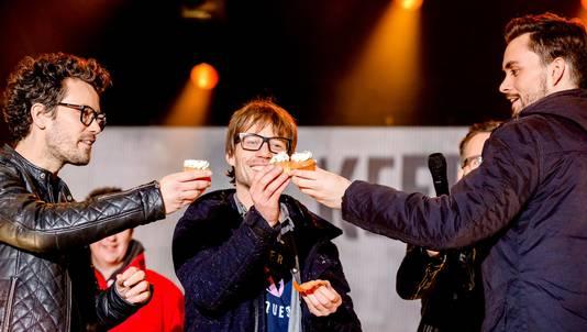 3FM dj's Domien Verschuuren (rechts), Giel Beelen (midden) en Paul Rabbering bij het Glazen Huis.