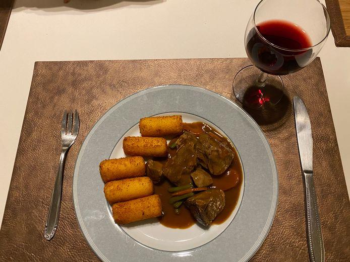 Lamsstoofpotje met warme groenten en aardappelkroketten.