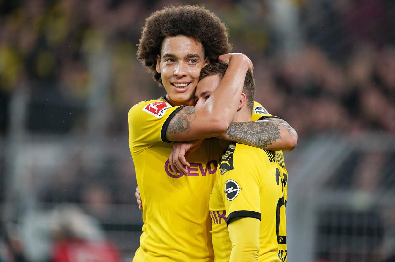 Axel Witsel omhelst teamgenoot Thorgan Hazard bij Borussia Dortmund. 'Thorgan heeft zich heel goed aan deze club aangepast', zegt Witsel. Hazard: 'Ja, maar ik wil meer.'  Beeld Photo News