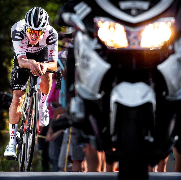 Marc Hirschi van Team DSM, voorheen Sunweb,  is op de laatste klim, de Suc au May, weg gesprongen en zal de etappe winnen. Beeld Klaas Jan van der Weij