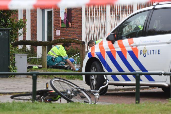 Ambulance-medewerkers behandelen het slachtoffer.