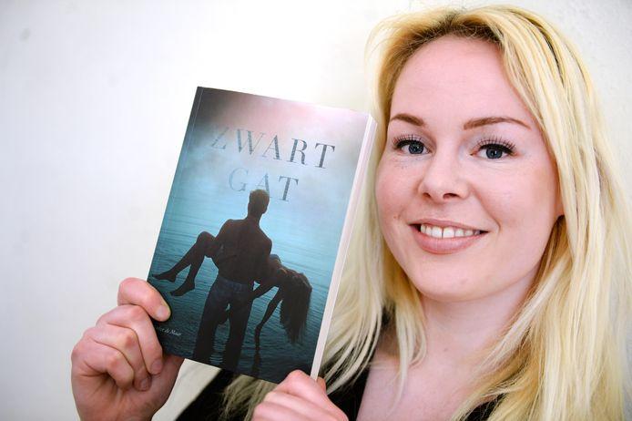 """Het debuut van Amber de Maar heet Zwart Gat en gaat over een jongen en een meisje die elkaar niet kunnen aanraken. """"Ik wilde iets meer dan 'vrouw moet kiezen tussen twee mannen' en gevallen engelen."""""""