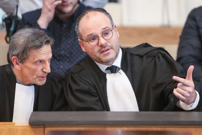 De advocaten Jos Vander Velpen en Frédéric Thiebaut vroegen vanmorgen de vrijlating van hun cliënten, omdat het assisenproces is stilgelegd.