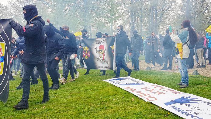 De demonstranten zijn bezig met een mars door Barneveld.