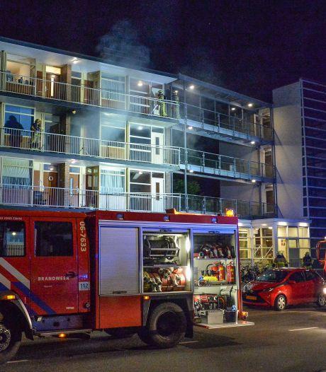 Grote brand verwoest appartement in Apeldoorn: bewoner met hoofdwond naar ziekenhuis
