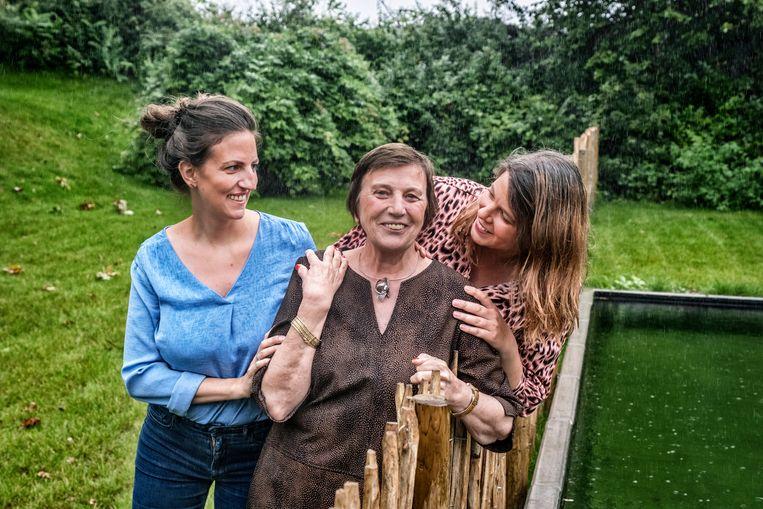 Noëlle Dendas met haar dochters Laure (l.) en Eva. Beeld Tim Dirven