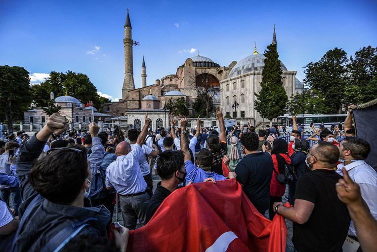 Inwoners van Istanbul vieren dat de Ayasofya weer gebruikt kan worden als museum.  Beeld AFP