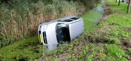 Auto rijdt sloot in aan Krommeweg in Hendrik-Ido-Ambacht