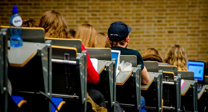 Studenten in collegebanken. Foto ter illustratie.