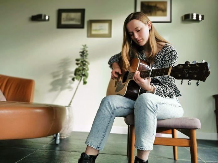 Singer-songwriter Rosann