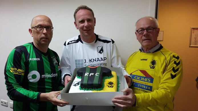 Taart van RFC voor de burgemeester van Geertruidenberg, de gemeente steunt de voetbalclub met haar nieuwe accommodatie.