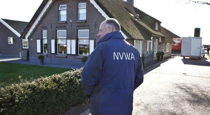 Een medewerker van de Nederlandse Voedsel- en Warenautoriteit (NVWA) staat bij het bedrijf in Barneveld.