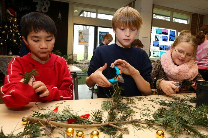 De leerlingen Thomas Maarten en Nowi (van links naar rechts) van de basisschool in Oudendijk hebben het er maar druk mee.