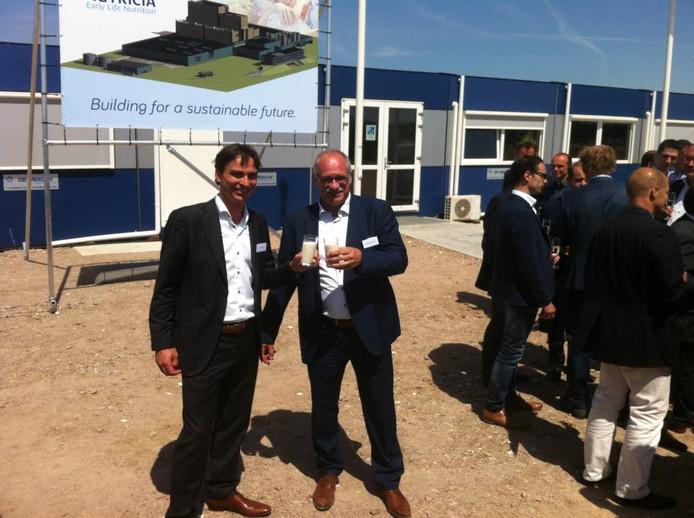 Nutricia en gemeente Cuijk (wethouder Jilisen, rechts) toosten in juni op de nieuwe fabriek in Haps. foto DG