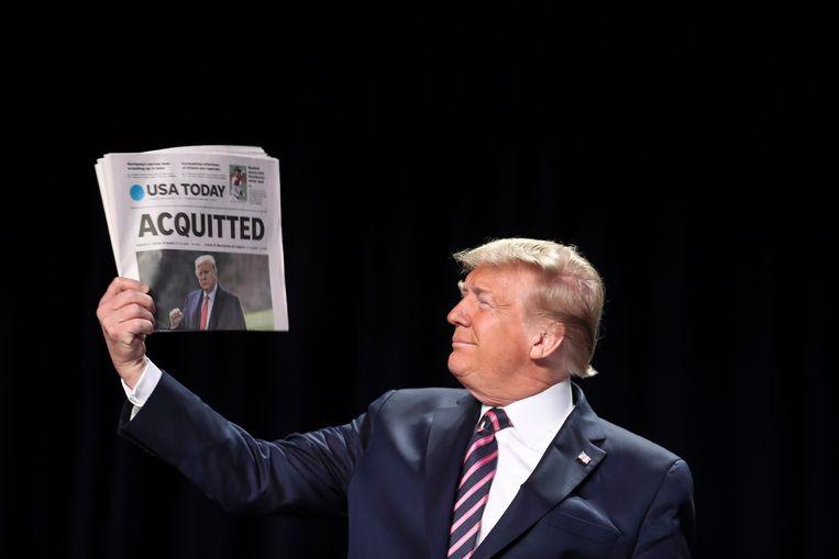 Donald Trump met de voorpagina op de dag dat hij werd vrijgesproken in de impeachmentprocedure.   Beeld EPA