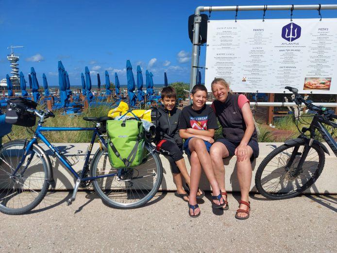 Mandy met haar twee zonen op de boulevard van Scheveningen.