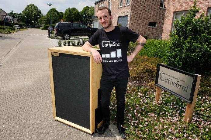 Bornemnaar Dries Greeve bouwt eigenhandig unieke gitaarcabinetten.
