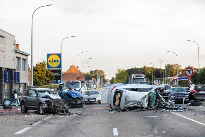 De blauwe Dodge Ram reed zondagavond in op dertien andere auto's in Houthalen. Daarbij vielen veertien gewonden, twee van hen zijn er erg aan toe.