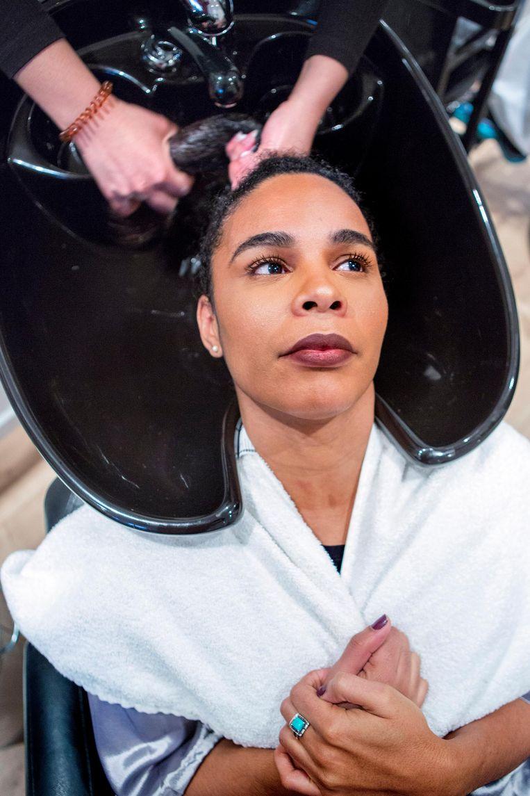 Een vrouw in de kappersstoel bij Morongo Curls. Beeld Najib Nafid