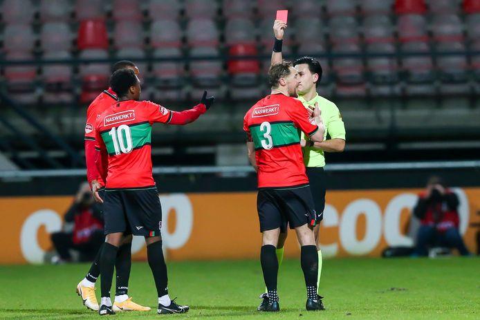 NEC-aanvoerder Rens van Eijden krijgt rood in het duel met Jong FC Utrecht. Ploeggenoot Jonathan Okita (10) is het er zichtbaar mee oneens.