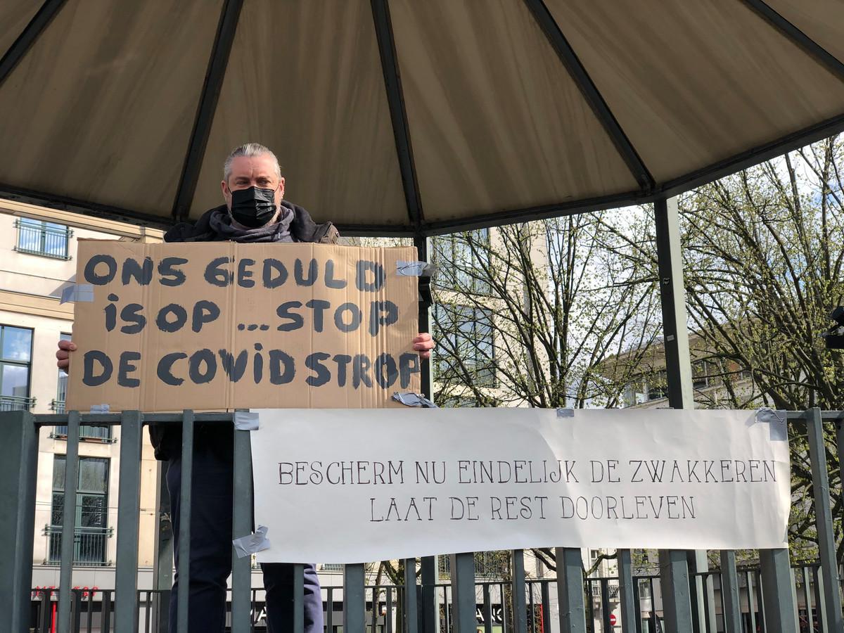 Zondagnamiddag protesteerde een groep mensen tegen de coronamaatregelen op de Groenplaats.