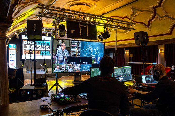Terwijl Peter Mingaars verderop in De Avenue in eenzaamheid zijn verhaal doet, zorgen technici ervoor voor de steam van DigiJazz naar het wereldwijde web en BredaNu.