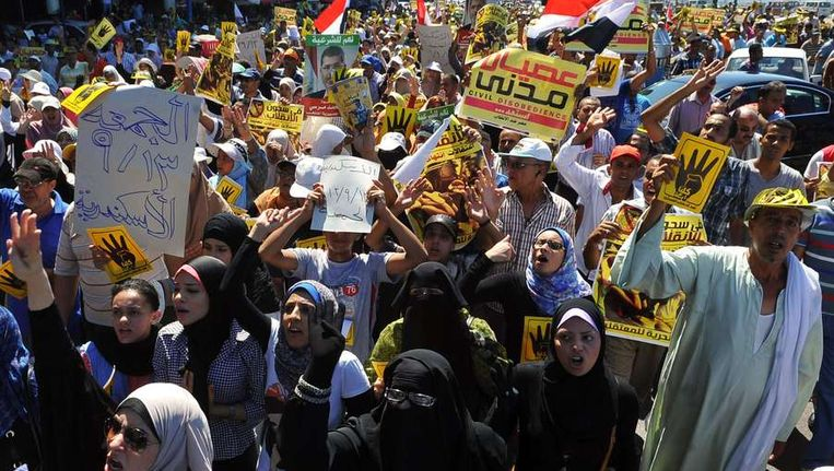 Aanhangers van Mursi protesteren in Caïro tegen het geweld dat tegen aanhangers van de Moslim Broederschap werd gebruikt. Beeld AFP