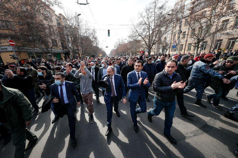 De Armeense premier Nikol Pasjinjan tijdens een demonstratie.   Beeld AP