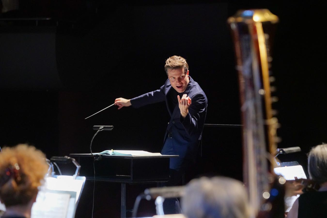 Dirigent Michael Engelbrecht uit Den Bosch in actie tijdens het galaconcert en tevens wedstrijd in Bulgarije. ,,Als operadirigent ben je geen allemansvriend. Je moet het voortouw durven nemen.''