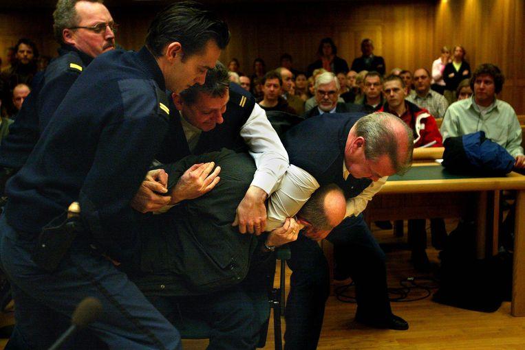 Ernest Louwes verzet zich in het gerechtshof na de uitspraak in de Deventer moordzaak, 2004. Beeld Hollandse Hoogte /  ANP