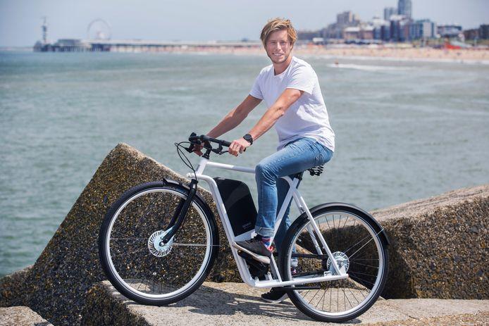 Jurrit Hollands en Jos Ramselaar (wit shirt) bedachten een eigen elektrische fiets - Spaac.