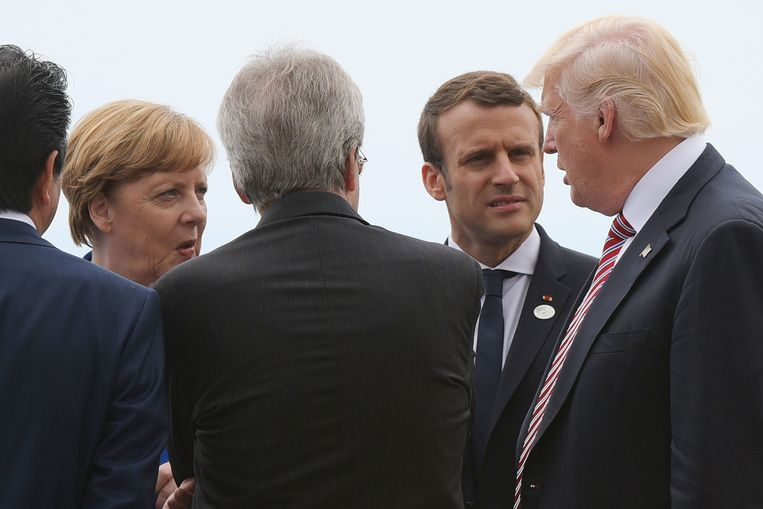 Duits bondskanselier Merkel en Frans president Macron luisteren naar president Donald Trump in Taormina.  Beeld AFP